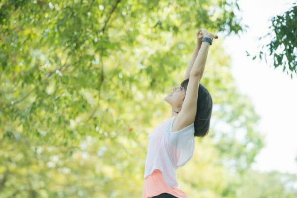 女性が呼吸をすることで全身の細胞に酸素を取り入れているイメージ