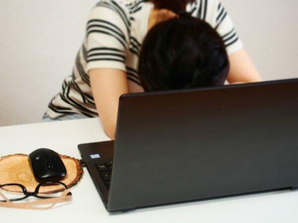 仕事中にどうしても眠くなってします女性のイメージ