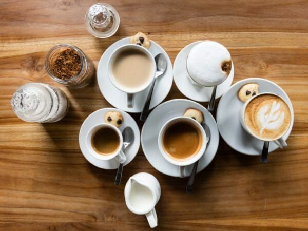 お茶やコーヒーに含まれるタンニンが貧血改善にはよくないかもしれないという疑問を提起するためのイメージ