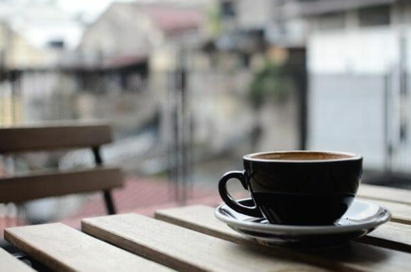 緑茶やコーヒーに含まれるタンニンが鉄分の吸収を妨げるのかを説明するイメージ