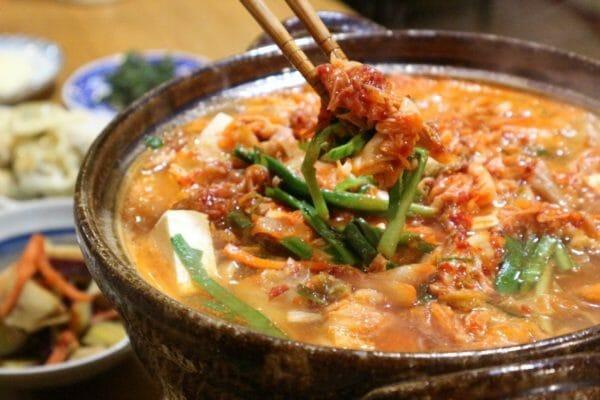寒い冬に食べたくなるキムチ鍋のイメージ