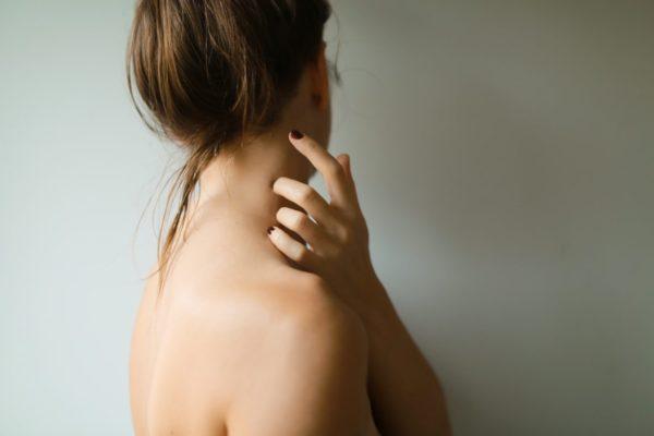 手足がしびれて原因が何か?悩んでいる女性のイメージ