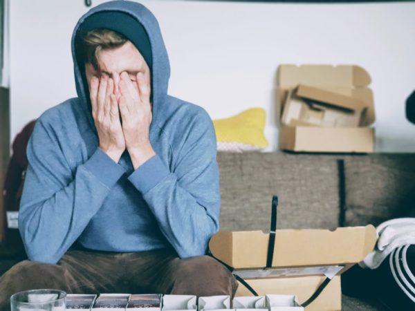 貧血が関係する頭痛で苦しんでいる男性のイメージ