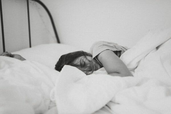 眠っている時に寝汗をかくことは交感神経優位で眠っていることを説明するための女性のイメージ