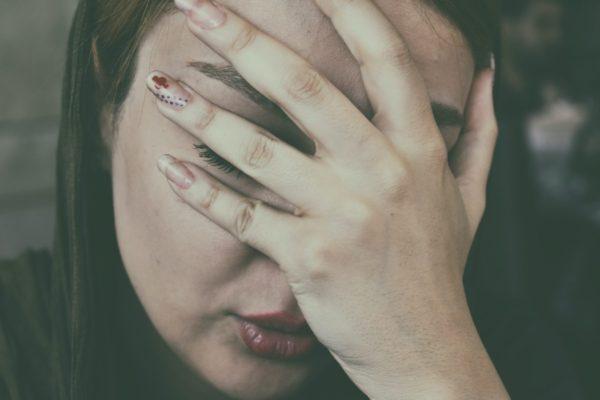 貧血になってヘモグロビンが減少したせいで脳に酸素を届けることが出来なくなった女性のイメージ