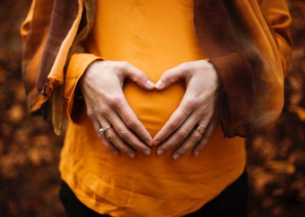 お腹に溜まるガスの原因の一つである腸内細菌がお腹にあることを示す女性のイメージ