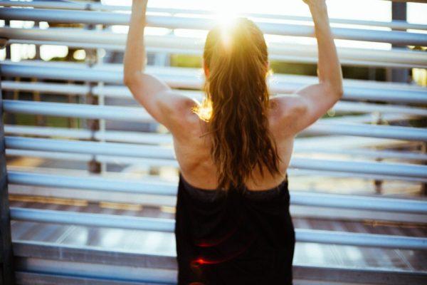 汗をかいて身体が光って見えている女性のイメージ