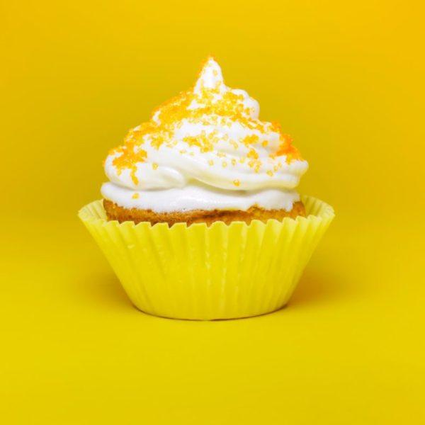 お腹にガスを溜めてしまう原因の一つである空気をたくさん含んだ生クリームが載っているケーキのイメージ