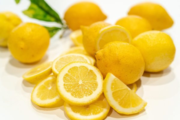私たちに反射的に唾液をださせるレモンのイメージ