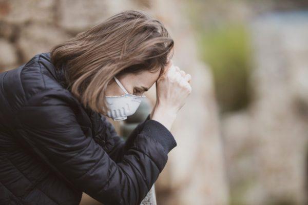 お腹にガスが溜まってストレスを抱えている女性のイメージ