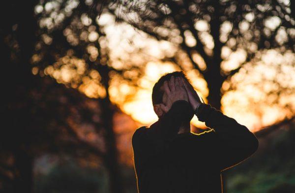 無理な体質改善からストレスを感じて頭を抱えて悩む男性のイメージ