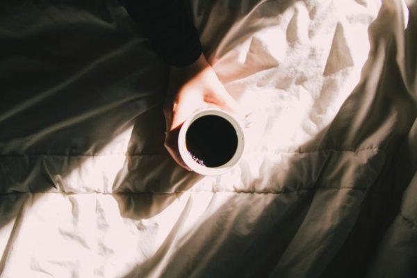 朝にコーヒーを飲むと目が覚めてシャキッとするイメージ
