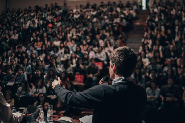 大勢の前でスピーチをして交感神経優位になって緊張している男性のイメージ