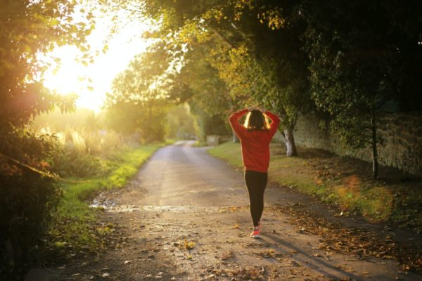 貧血が改善されて気持ち良く歩いている女性のイメージ