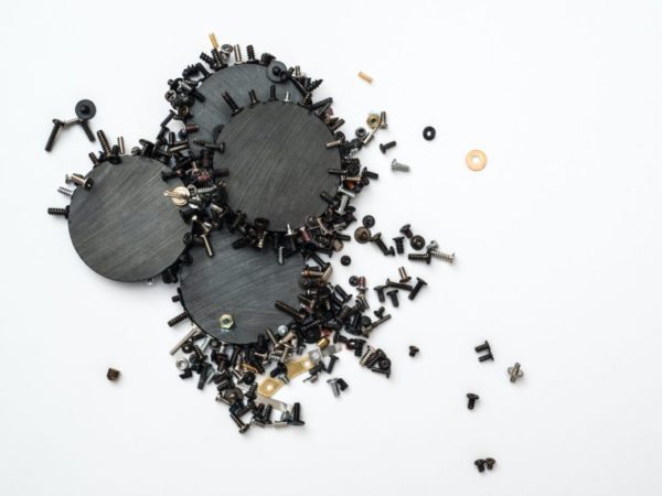 磁石に鉄が引き寄せられているイメージ