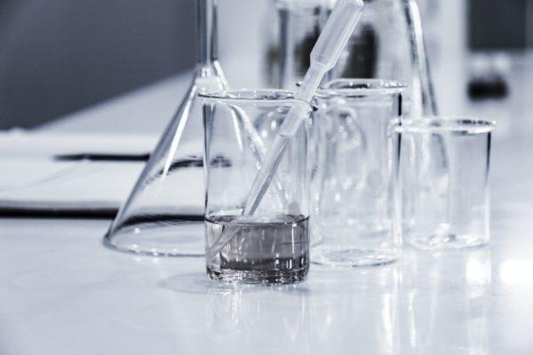 Aという物質がまったく別のBという物質に変わる化学実験のイメージ