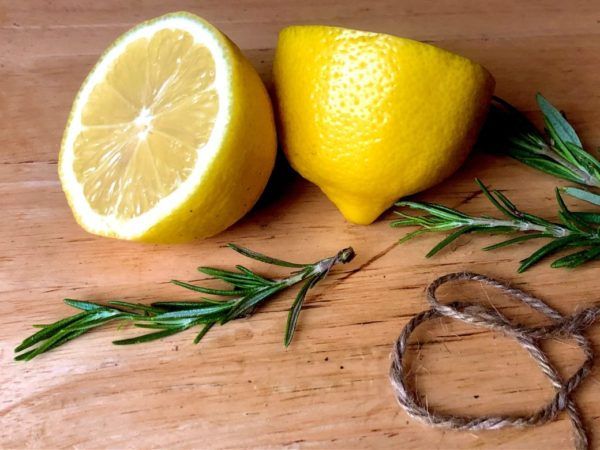 サプリメントから摂取するビタミンcが多く含まれている食品の例としてレモンのイメージ