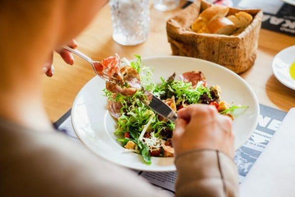 血糖値の上昇を抑えるために時間を分けて食べている男性のイメージ