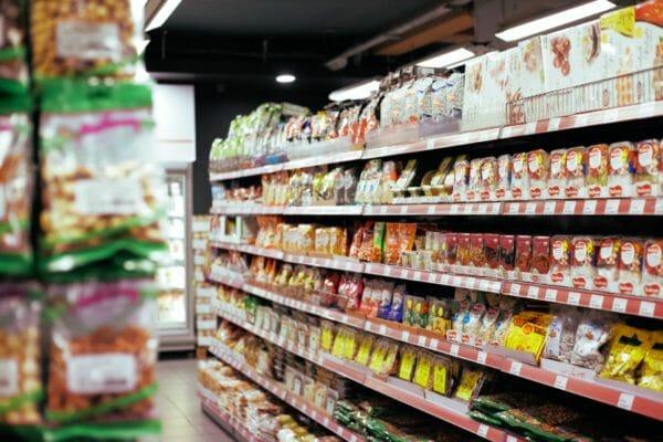 コンビニやスーパーマーケットで多く見かけようになったプロテインバー売り場のイメージ
