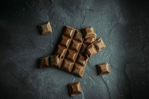 糖質mの高いプロテインバーと同じくらいカロリーが高いチョコレートのイメージ