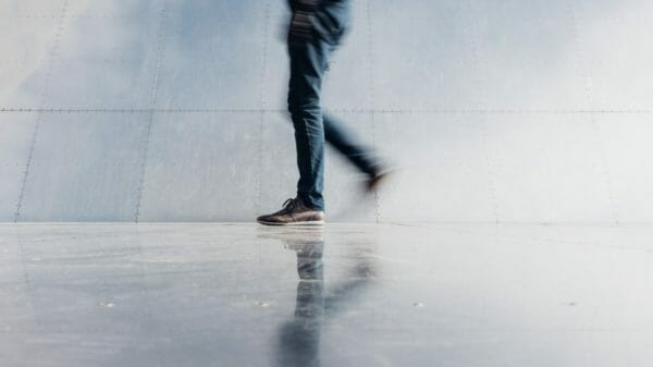 夕方に眠くなったときの対処法としておすすめの散歩をしている男性のイメージ